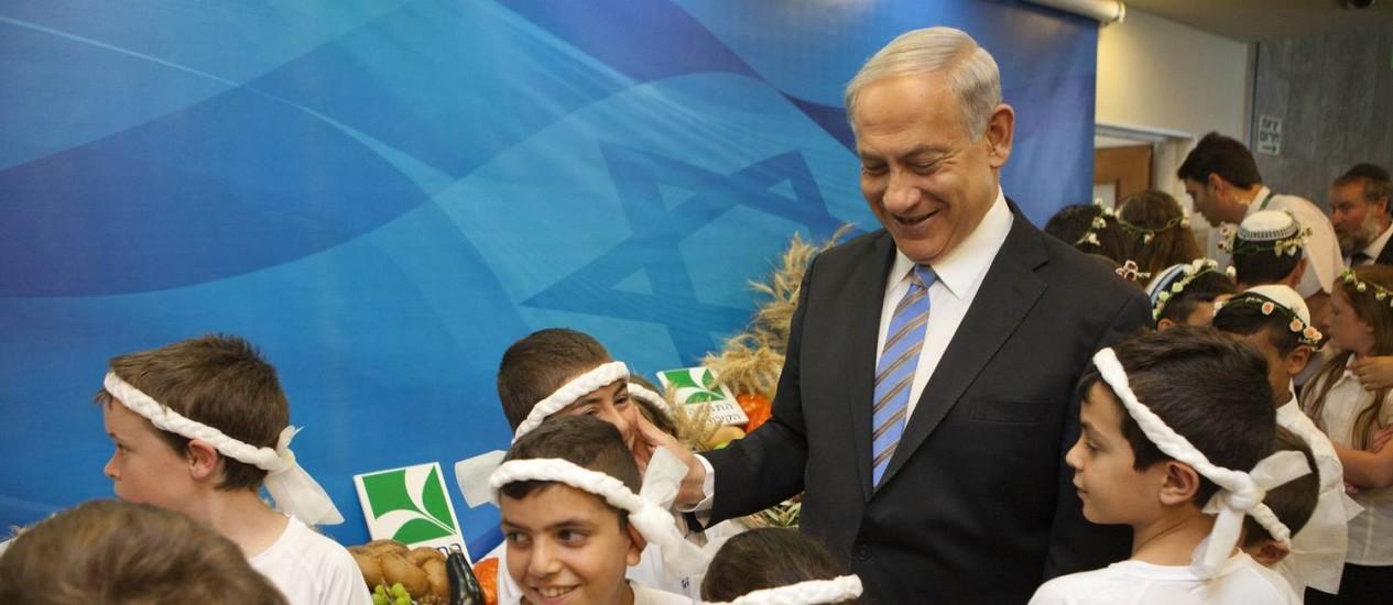 Premier Benjamin Netanyahu se encontra com crianças antes da reunião semanal de gabinete em Jerusalém Foto: POOL / REUTERS