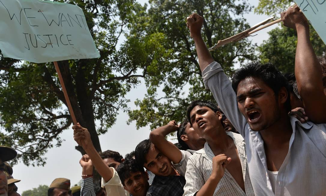 Indianos protestam contra a violência sexual no país no estado de Uttar Pradesh Foto: Chandan Khanna / AFP