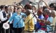Presidente Dilma Rousseff toca pandeiro, ao lado do prefeito Eduardo Paes e do governador Pezão, na inauguração do BRT