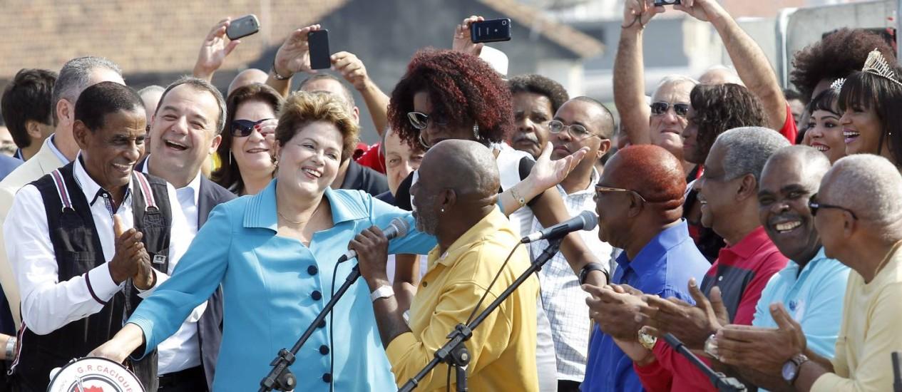 Presidente Dilma Rousseff toca pandeiro, ao lado do prefeito Eduardo Paes e do governador Pezão, na inauguração do BRT Foto: Gustavo Miranda / O Globo