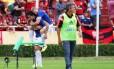 Ricardo Goulart e Marlone festejam gol do Cruzeiro sobre o Flamengo no Estádio Parque do Sabiá, em Uberlândia (MG)