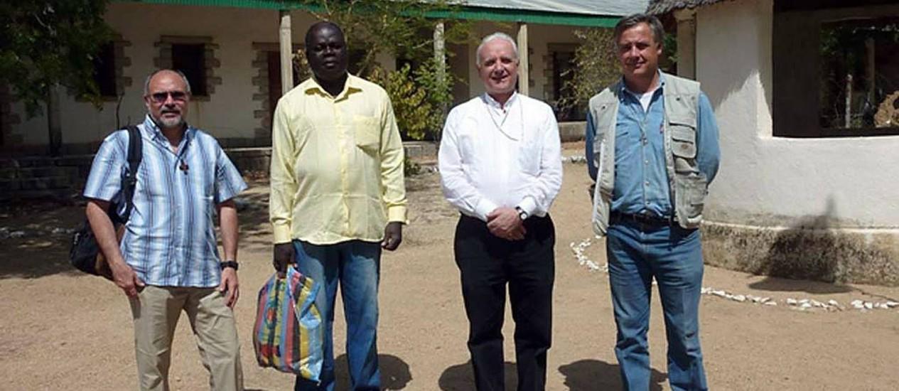 Foto divulgada pela diocese de Vicenza, na Itália, mostra os dois sarcedotes na missão no Camarões Foto: HO / AFP