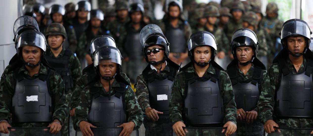 Soldados bloqueiam acesso a estação de trem próxima a shopping no centro de Bangcoc Foto: ATHIT PERAWONGMETHA / REUTERS