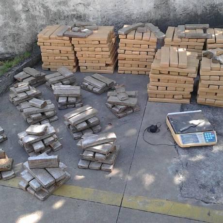 Policiais da UPP de Manguinhos apreenderam 800 Kg de maconha na comunidade Foto: Divulgação/ Polícia Militar