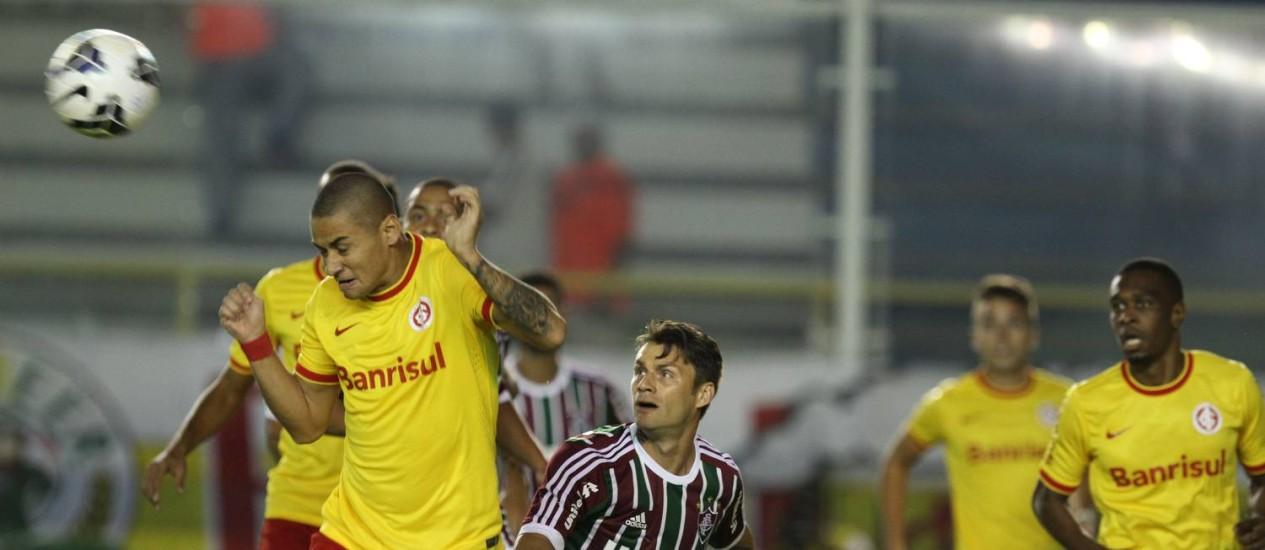 Wellington Paulista, do Internacional, cabeceia a bola, observado por Rafael Sóbis, do Fluminense Foto: Ricardo Ayres/Photocamera / Divulgação