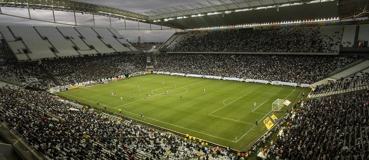 O Itaquerão, que recebeu Corinthians e Botafogo neste domingo, e que sediará a abertura da Copa do Mundo. Foto de Miguel Schincariol/ AFP
