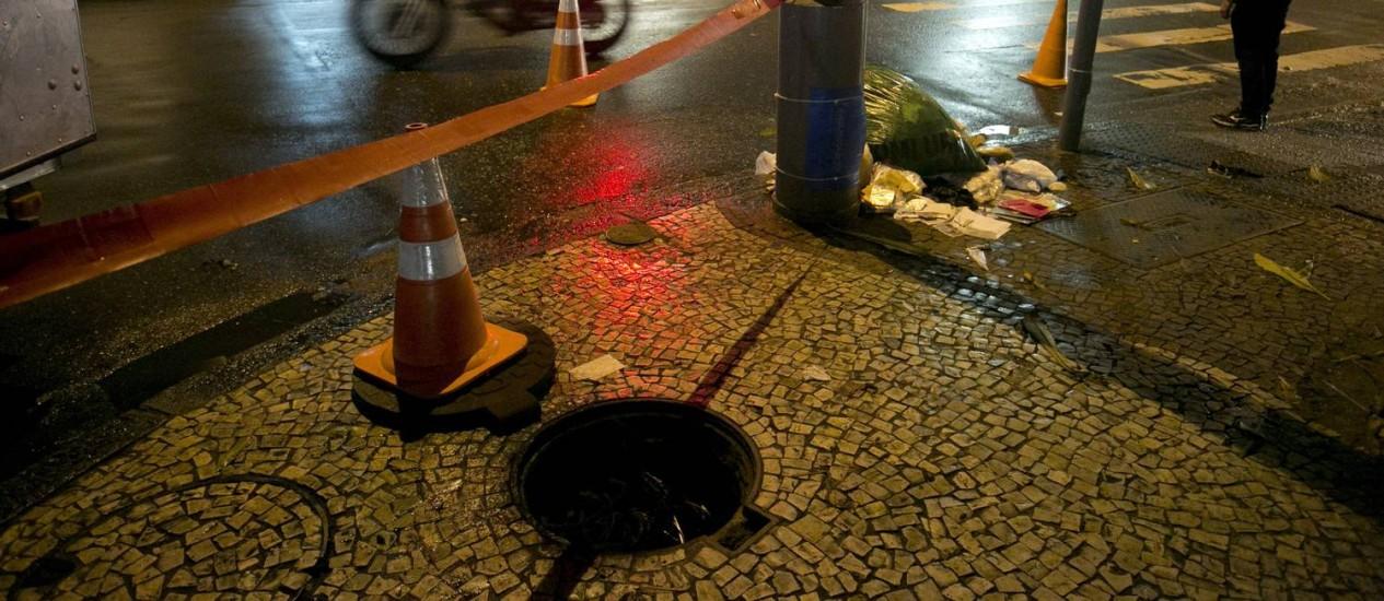 Um bueiro explode na Rua das Laranjeiras, na Zona Sul Foto: Daniela Hallack Dacorso / Agência O Globo