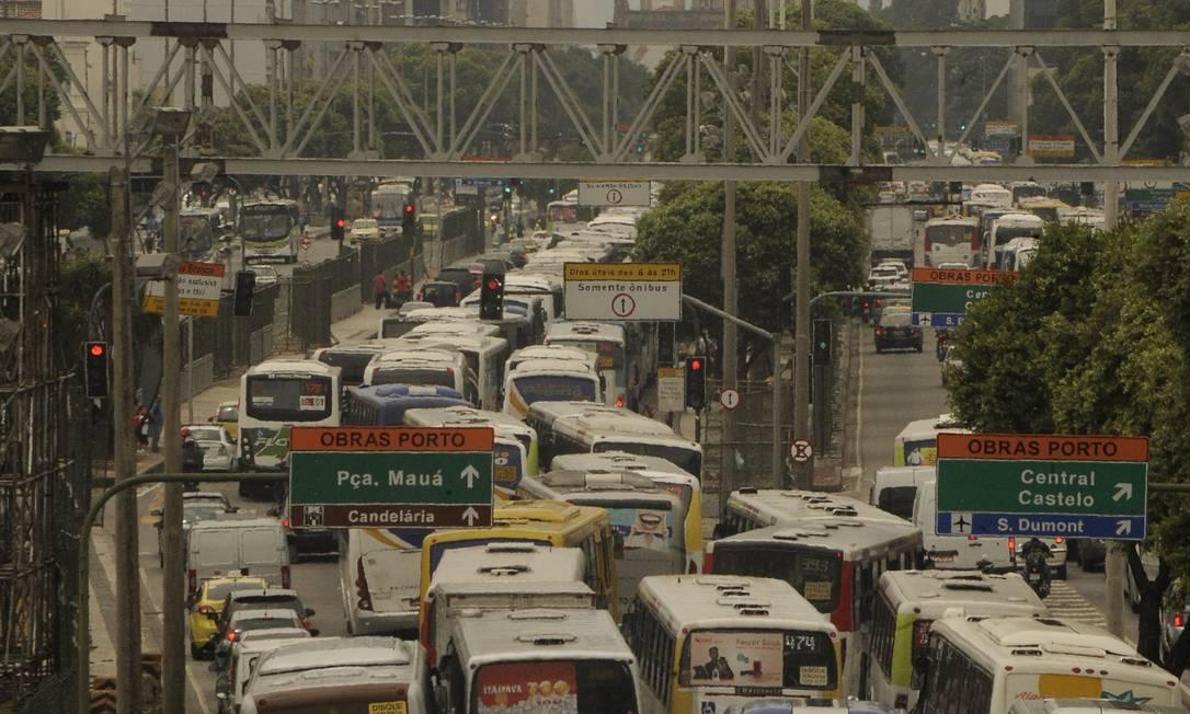 No quesito mobilidade, Rio merece 34º lugar, de 37, para os usuários o TripAdvisor Foto: Fabio Teixeira - 17/02/2014 / O Globo
