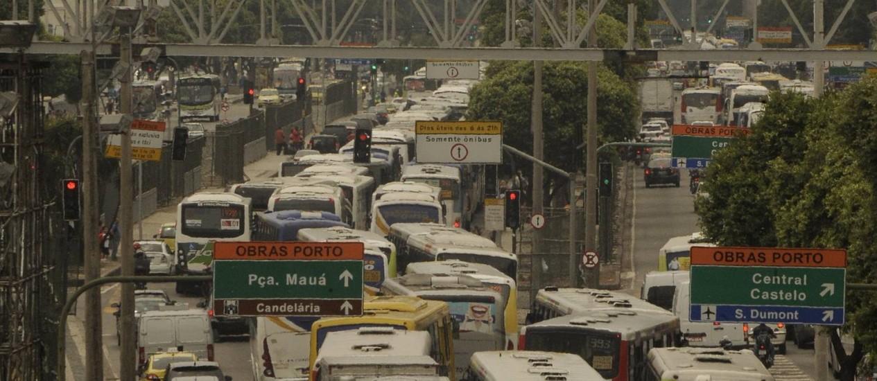 Primeiro dia da mudança na Avenida Rio Branco e do fechamento do Mergulhão transito no Rio de Janeiro vira o caos Foto: Fabio Teixeira - 17/02/2014 / O Globo