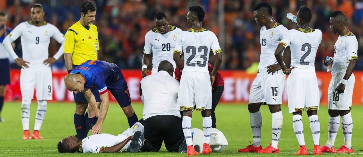 O ganês Jerry Akaminko recebe o apoio do holandês Robben após se machucar no amistoso de sábado Foto: MICHAEL KOOREN / REUTERS