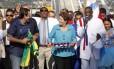 Dilma Rousseff de chocalho, ao lado do prefeito Eduardo Paes, na inauguração: só elogios ao BRT