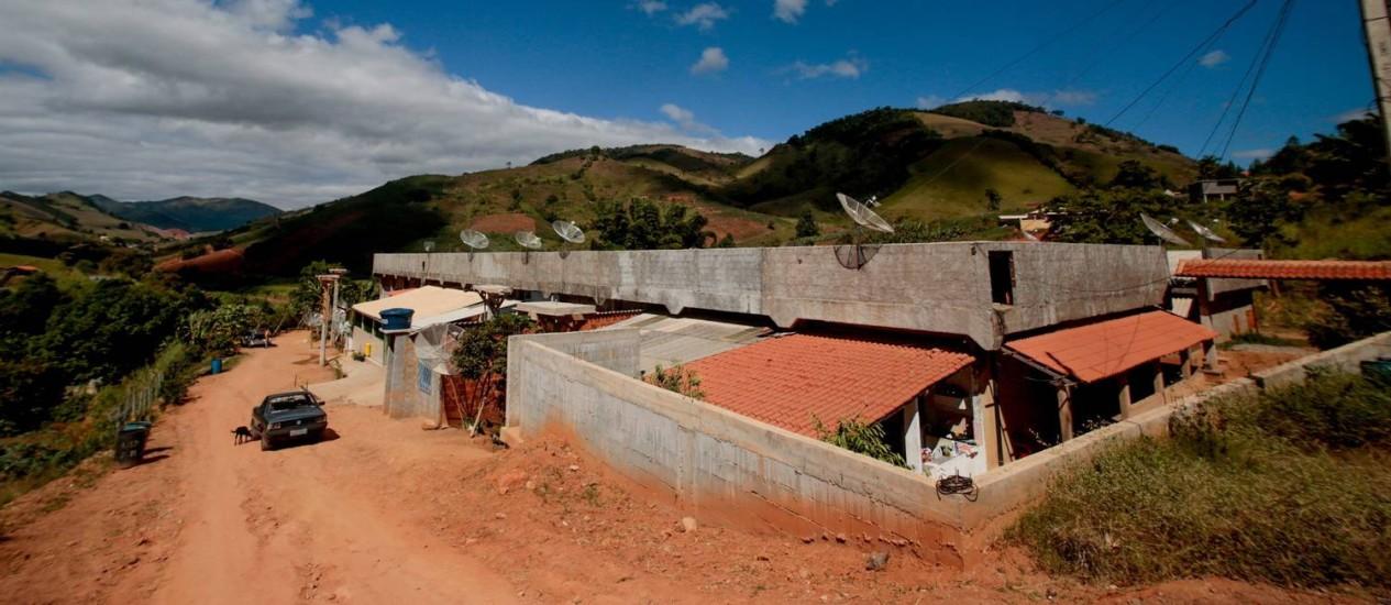 Cerca de 30 famílias ocupam o esqueleto do que seria um hospital federal, em Sumidouro Foto: Pedro Kirilos / O Globo