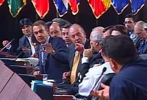Juan Carlos discute com Hugo Chávez, de costas: frase 'por que no te callas?' se tornou viral Foto: Reprodução de TV