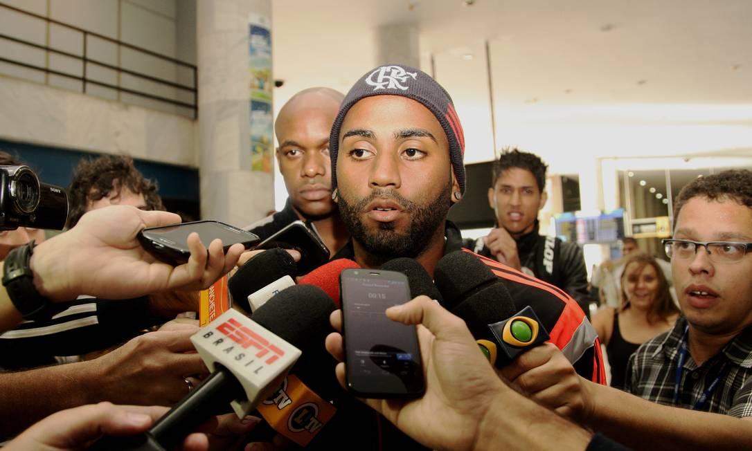 Muralha foi um dos únicos jogadores do Flamengo a conversar com jornalistas no desembarque no Santos Dumont Foto: / Nina Lima