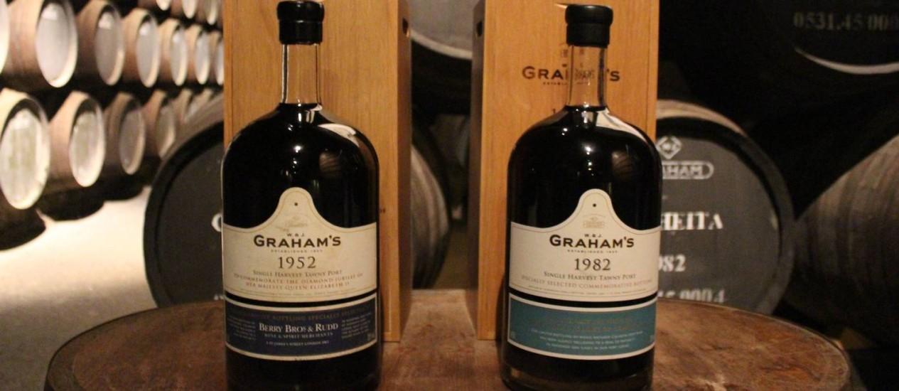 Os vinhos da rainha Elizabeth (à esquerda) e do príncipe George, feitos pela Graham's Foto: Fernanda Dutra / O Globo