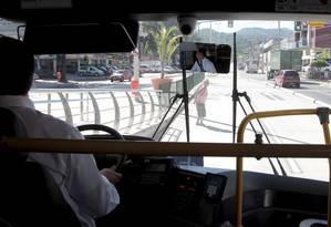Mulher atravessa em local proibido na estação Alvorada Foto: Bruno Gonzalez / Agência O Globo