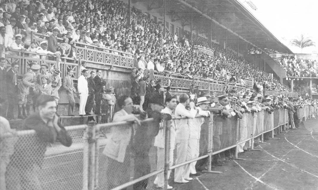 Outro registro da arquibancada social do Estádio das Laranjeiras durante um jogo entre América e Fluminense no início do século passado: sapatos bicolores ou todo branco era comum no vestuário masculino Foto: Arquivo O Globo / Agência O Globo