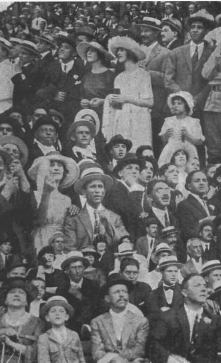 Gravata borboleta e leques eram alguns dos acessórios escolhidos pelo público que frequentava espaços para a sociedade, como mostra este registro de um jogo de futebol em São Paulo em 1921 Foto: Arquivo O Globo