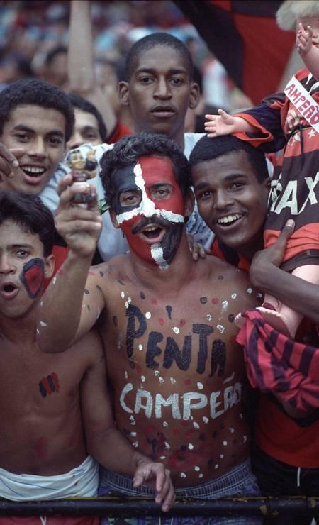 Foi na geral que a irreverência ganhou espaço no futebol brasileiro. Pintar o corpo e o rosto passou a fazer parte da estratégia dos torcedores para apoiar o time, como mostra este registro de 1992 Foto: Arquivo O Globo / Agência O Globo