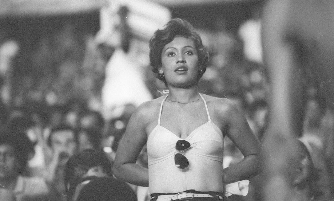 Em 1979, a torcedora acompanha em pé aos lances do Fla x Flu, no Maracanã: decote e roupa justa no dia a dia e nos estádios Foto: Arquivo O Globo / Agência O Globo