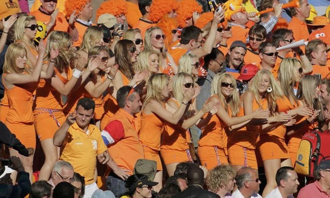 Um grupo de belas mulheres usando vestidos iguais. Poderia ser uma combinação de uma torcida organizada em prol da Holanda na Copa da África do Sul, mas tudo não passou de uma jogada de marketing da cervejaria Bavaria NV, concorrente da Budweiser, patrocinadora do evento. A Fifa acabou exigindo que o grupo deixasse o estádio Foto: Reuters