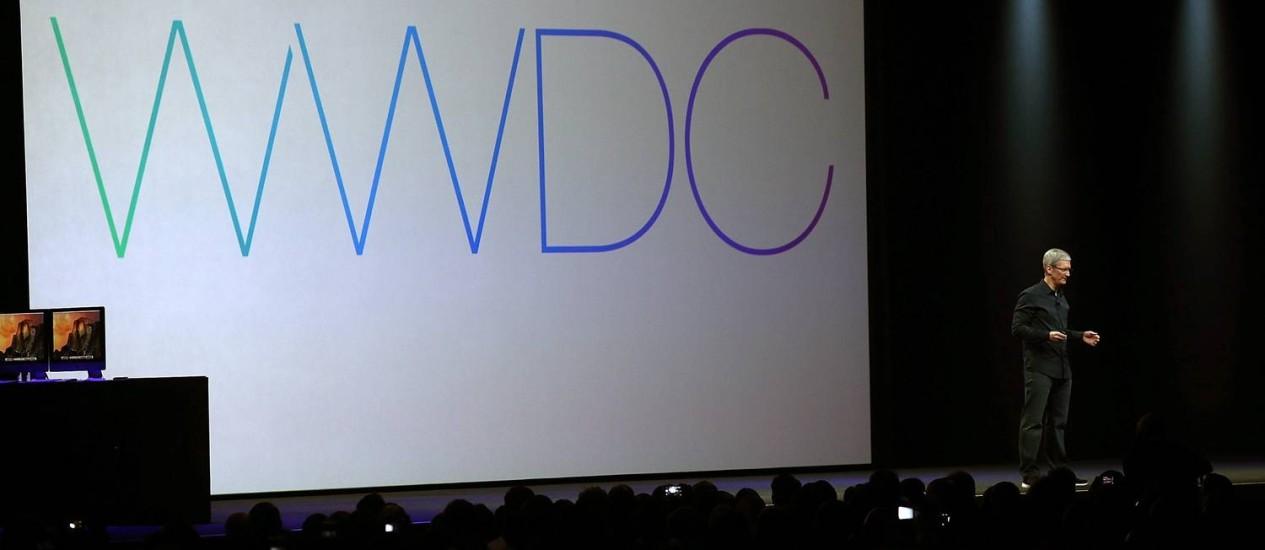 O diretor executivo da Apple, Tim Cook, sobe ao palco do Moscone Center West, em São Francisco, para apresentar os novos sistemas da empresa Foto: JUSTIN SULLIVAN / AFP
