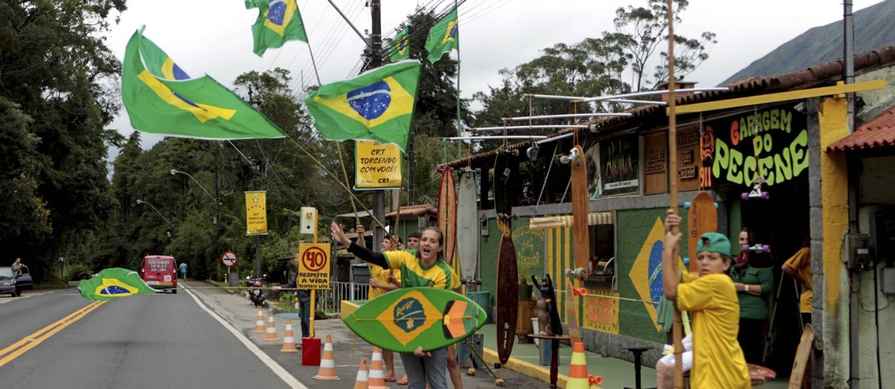 Moradores de Teresópolis já estão em clima de Copa do Mundo: metade dos brasileiros é favorável a realização do evento Foto: Marcelo Piu / Agência O Globo