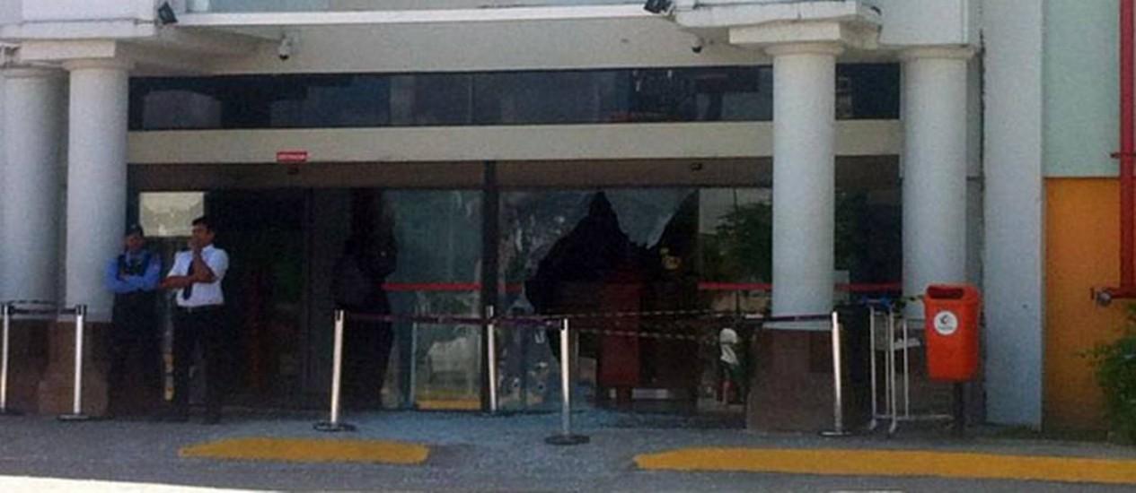 Entrada do Shopping Guararapes, na região metropolitana de Recife, atingido por balas de tiroteio entre seguranças e assaltantes Foto: Reprodução internet