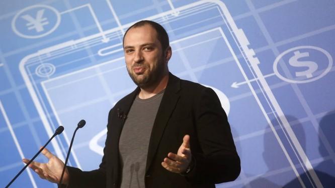 O diretor executivo do WhatsApp, Jan Koum, criticou a Apple por plagiar qualidades do seu app Foto: ALBERT GEA / REUTERS