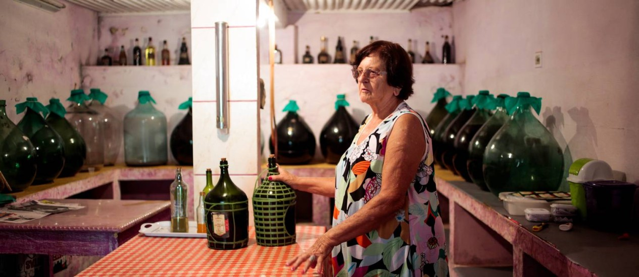 Tradição. Geraldina Ridolphi, da Adega Ridolphi, mantém a produção de vinho de jabuticaba em Varre-Sai Foto: O Globo / Pedro Kirilos