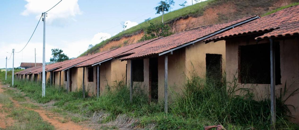 As obras de um conjunto habitacional com 35 casas estão paradas há oito anos em Santa Rita do Prata Foto: Pedro Kirilos / Agência O Globo