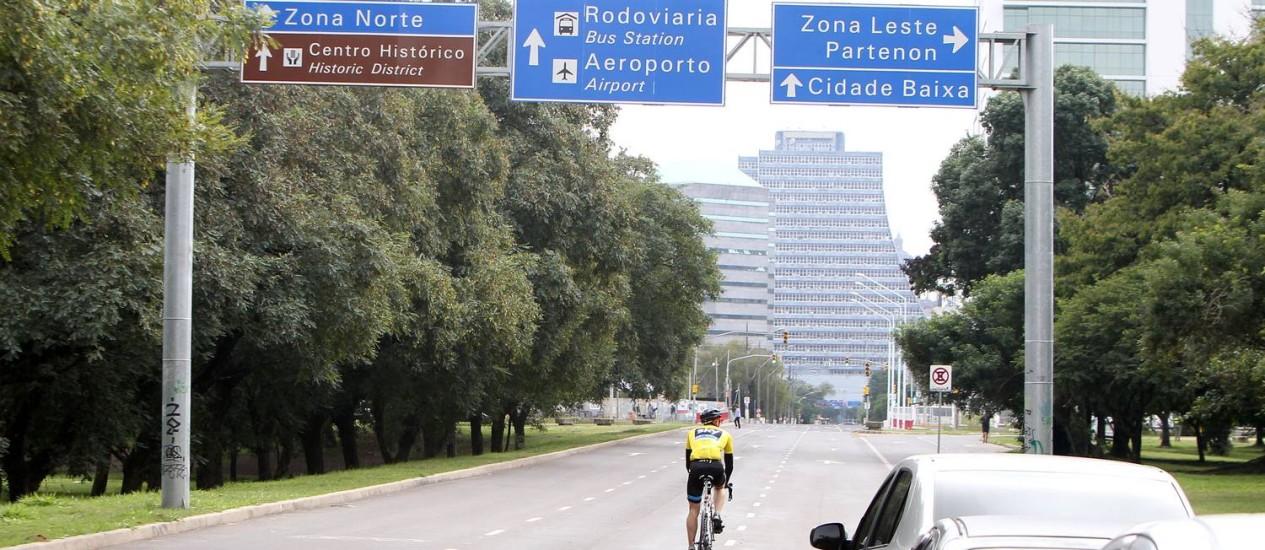 Bola dentro. A Avenida Beira-Rio, com asfaltamento novo e sinalização, é uma das promessas para a Copa que foram cumpridas em Porto Alegre Foto: Nabor Goulart