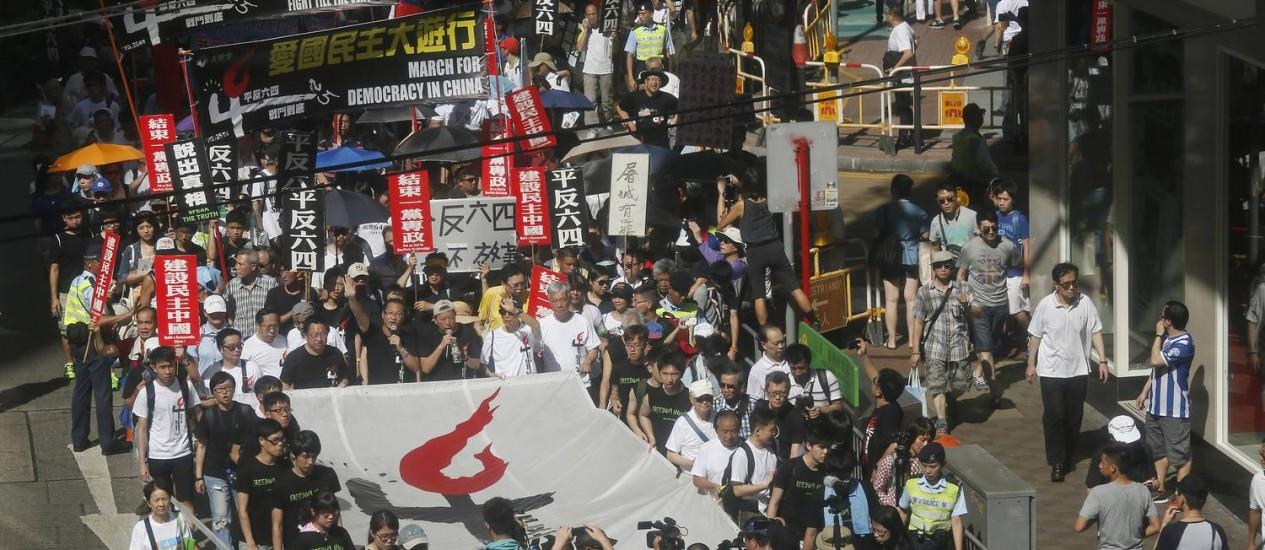 Milhares de pessoas participam de manifestação em Hong Kong para lembrar o 25º aniversário do Massacre da Praça da Paz Celestial, em Pequim Foto: Vincent Yu / AP