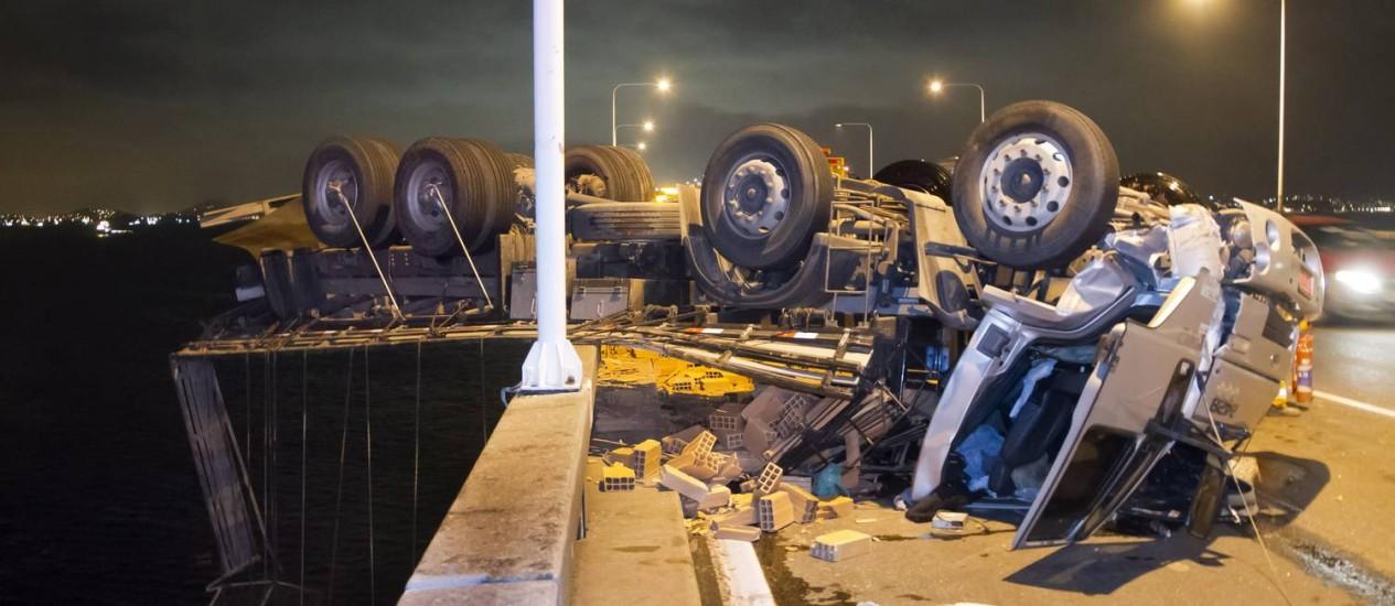 Caminhão tomba e parte do veículo fica pendurado na Ponte Rio-Niterói Foto: Fernando Quevedo / Agência O Globo