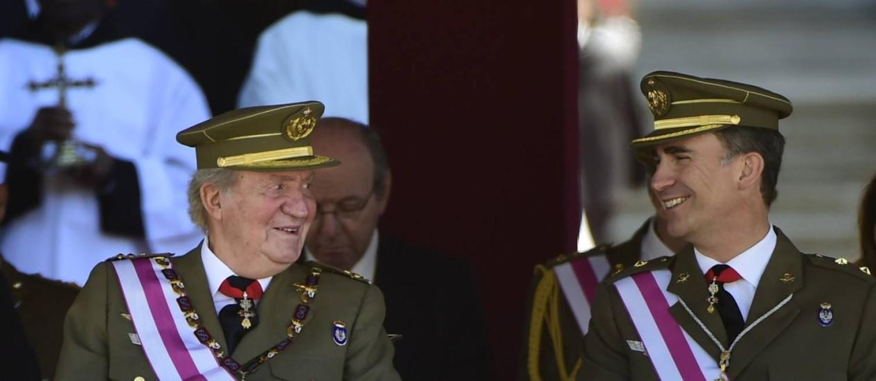 Rei espanhol, Juan Carlos (à esq), e o príncipe Felipe se sentam durante cerimônia marcando o bicentenário da Ordem Real e Militar de São Hermenegild, no Escorial Foto: PIERRE-PHILIPPE MARCOU / AFP