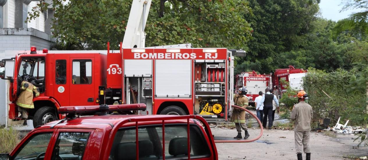 Bombeiros controlam incêndio num antigo galpão de produções cinematográfica na Avenida Ayrton Senna Foto: Fernando Quevedo / Agência O Globo
