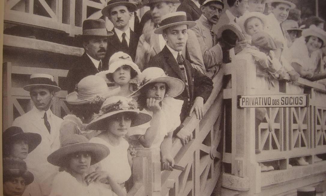 No Brasil não era muito diferente, como mostra esta foto do Estádio das Laranjeiras, sede do Fluminense, em 1919: só que no lugar das cartolas, os homens optavam por chapéus mais baixos, no estilo Panamá. As mulheres também seguiam a indumentária, com chapéus e vestidos bem comportados, como ditavam os costumes da época Foto: Arquivo