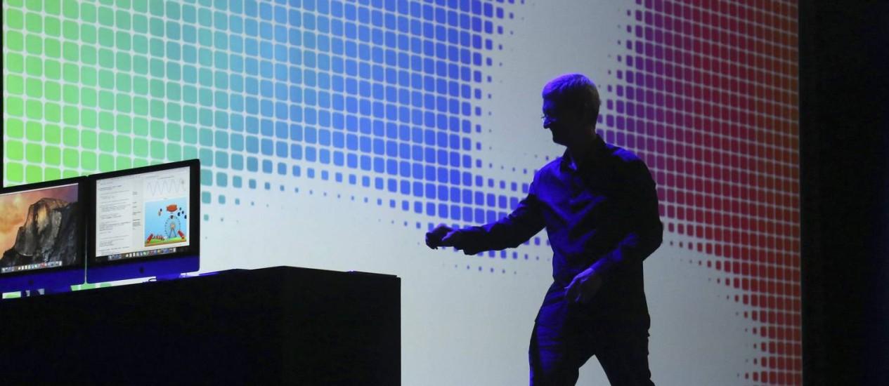 O CEO da Apple, Tim Cook, deixa palco após apresentação na Worldwide Developers Conference em São Francisco Foto: ROBERT GALBRAITH / REUTERS
