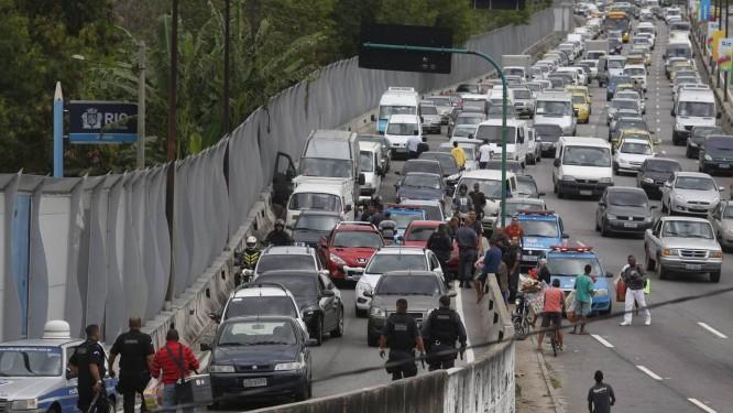 Policiais civis impedem assalto na Linha Amarela Foto: Custódio Coimbra / Agência O Globo