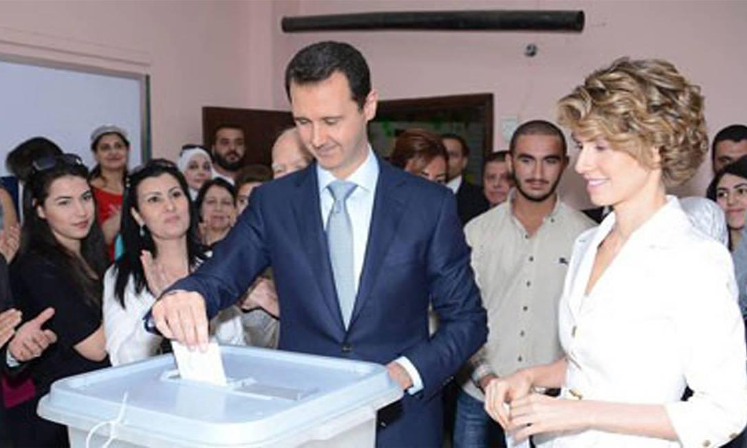 Assad vota com sua mulher, Asma, no Centro de Damasco Foto: SANA / REUTERS