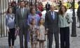 Membros da Família Real: Príncipe Felipe, sua mulher Letizia, e suas filhas, Sofia e Leonor, ao lado dos reis Juan Carlos e Sofia, e a filha Elena