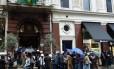 Registro feito por leitor em 2010 mostra fila de brasileiros para votar em Londres, Inglaterra.