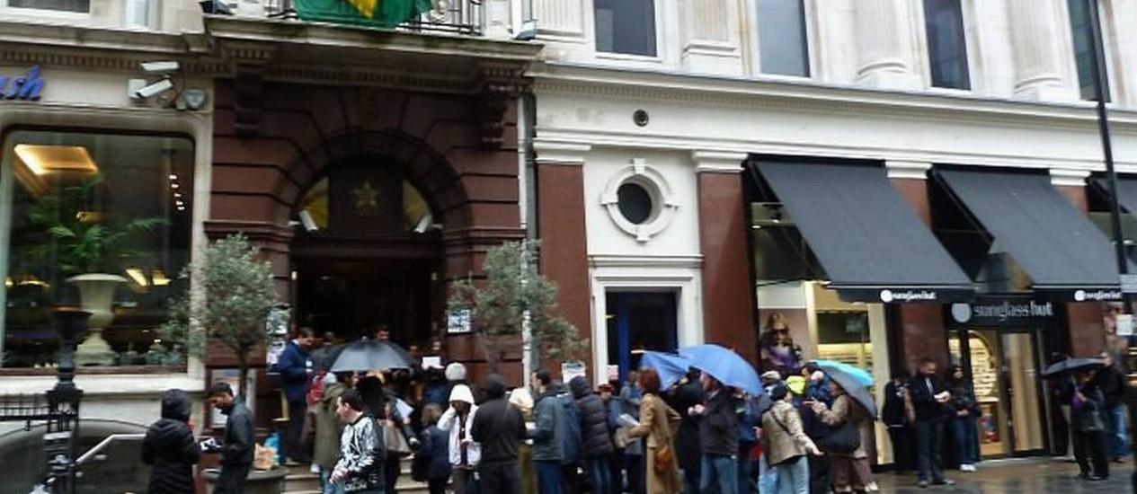 Registro feito por leitor em 2010 mostra fila de brasileiros para votar em Londres, Inglaterra. Foto: Sergio Gilz / Eu-leitor
