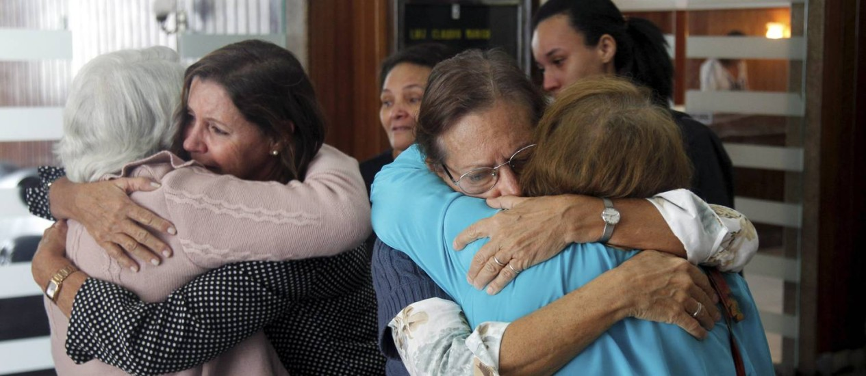 Parentes e amigos de Luiz Cláudio Marigo se despedem do fotógrafo Foto: Gabriel de Paiva / Agência O Globo