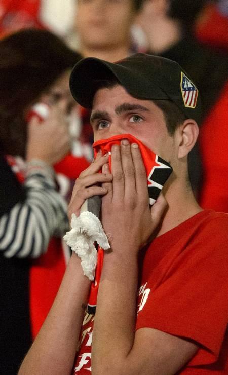 E para consolar nos momentos de tristeza. Na foto, torcedor do Atlético de Madri, incrédulo, diante da derrota do time para o Real Foto: DANI POZO / AFP