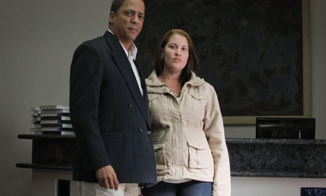 Os médicos cubanos Raul Vargas e Okanis Borrego desistiram do programa Mais Médicos alegando que não receberam o salário de março Foto: Marcos Alves / Agência O Globo