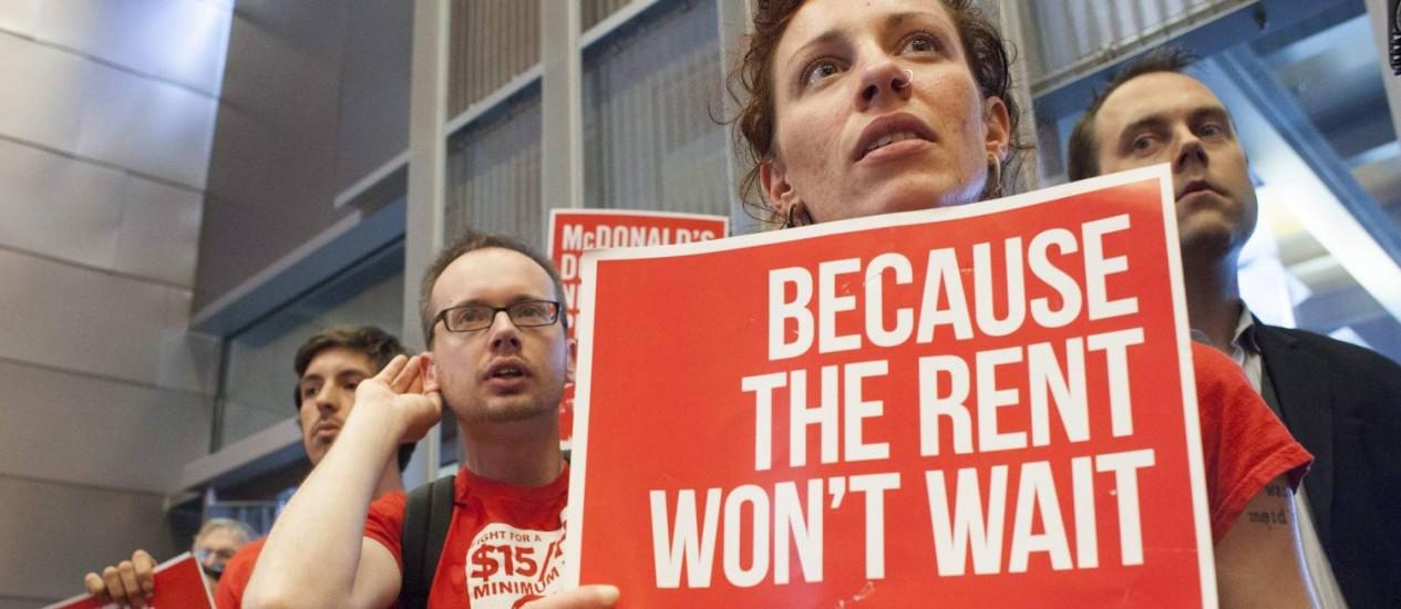 Ativistas participam da reunião do Conselho Municipal de Seattle, que votou unanimemente a favor do aumento Foto: DAVID RYDER / REUTERS