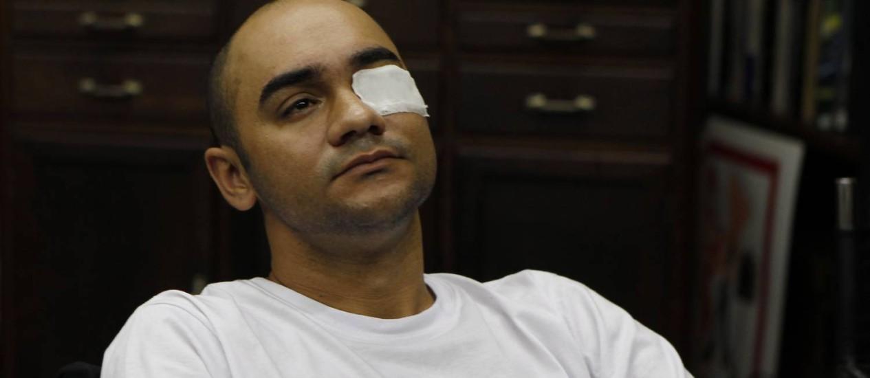 O fotógrafo Sérgio Andrade da Silva atingido por bala de borracha disparado por policiais na manifestação de 2013 em São Paulo: 'Ninguém me procurou' Foto: Michel Filho-21-06-2013 / Agência O Globo