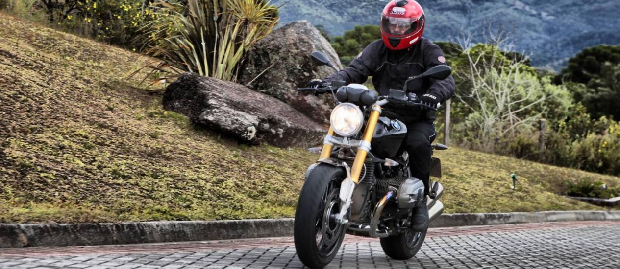 Os garfos dianteiros dourados e invertidos e os freios são os mesmos da S 1.000 Foto: Divulgação