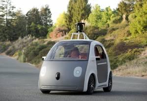 O simpático carrinho elétrico do Google tem 160km de autonomia e chega a 25km/h. Estranhou os retrovisores? São exigências da legislação local... Foto: Handout / Reuters